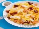 Рецепта Папарделе паста със сьомга, мариновани сушени домати, каперси и пармезан